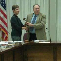 Dale Tuck receives the City Commission gavel from former chairman Johnny Barrett. (Blake Dodd/ wgaaradio.com)